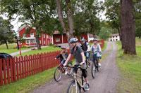 En familj som cyklar