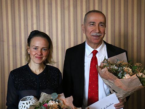 Vinnare av energi- och klimatpriset - Sara Hillersberg och Schlemon Attoraya - leende med blommor i famnen.
