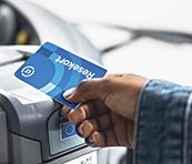 En person betalar sin bussresa med kortet Reskassa.