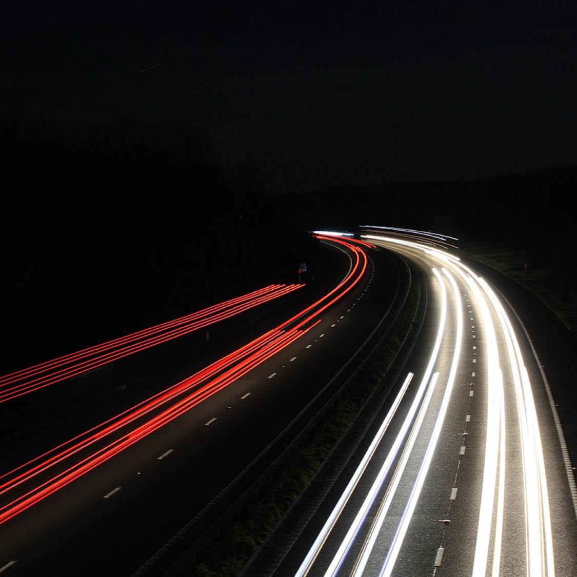 billyktor från körande bilar på natten
