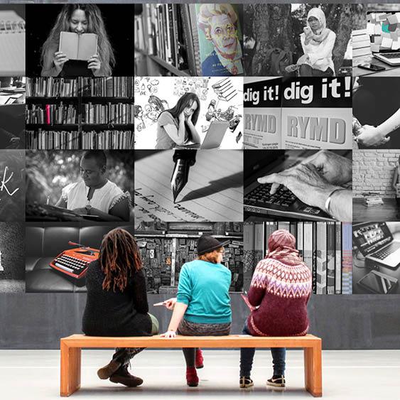tre personer på bänk framför kollagevägg med bilder på litteratur, skrivande och läsning
